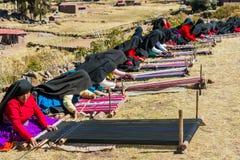 Mulheres que tecem nos Andes peruanos no Peru de Puno fotografia de stock
