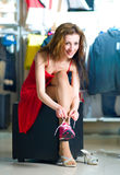 Mulheres que tentam em sapatas movimentando-se novas Fotos de Stock
