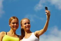 Mulheres que tomam a foto com móbil fotografia de stock royalty free