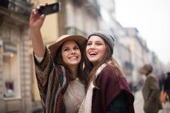Mulheres que tomam selfies Fotos de Stock