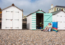 Mulheres que tomam sol fora da cabana da praia Fotos de Stock Royalty Free