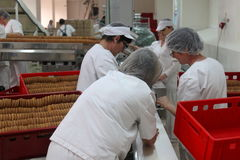 Mulheres que trabalham em uma fábrica do biscoito Fotografia de Stock Royalty Free