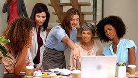 Mulheres que trabalham junto vídeos de arquivo