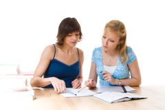 Mulheres que trabalham na tabela Fotografia de Stock Royalty Free