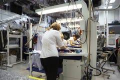 Mulheres que trabalham na tinturaria Fotos de Stock Royalty Free