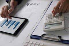 Mulheres que trabalham no escritório análise financeira com cartas na tabuleta para o negócio, a contabilidade, o seguro ou o con fotos de stock