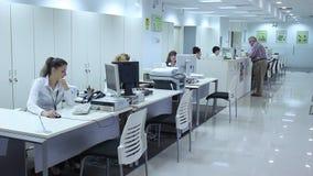 Mulheres que trabalham no escritório do banco filme