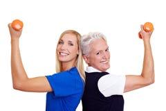 Mulheres que treinam com dumbbells Imagens de Stock Royalty Free