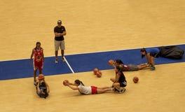 Mulheres que treinam o basquetebol no coliseu fotografia de stock royalty free
