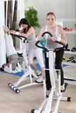 Mulheres que usam a máquina deslizante Fotografia de Stock Royalty Free