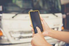 Mulheres que usam o móbil na casa foto de stock royalty free