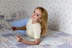 Mulheres que usam a tabuleta Foto de Stock Royalty Free