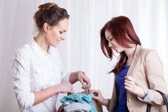 Mulheres que veem a roupa Foto de Stock