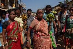 Mulheres que vendem bananas em uma celebração Maha Shivaratri Índia, Karnataka, Gokarna fevereiro, 201 fotografia de stock royalty free