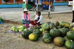 Mulheres que vendem melancias em uma tenda em Yungay, Peru imagem de stock royalty free