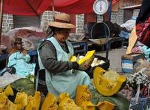 Mulheres que vendem na rua de La Paz foto de stock