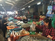 Mulheres que vendem o alimento em uma tenda do mercado em Siem Reap Fotos de Stock