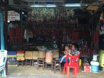 Mulheres que vendem o alimento em uma tenda do mercado em Siem Reap Imagem de Stock Royalty Free