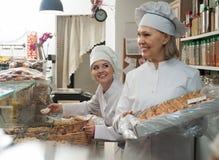 Mulheres que vendem a pastelaria Fotografia de Stock Royalty Free
