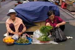 Mulheres que vendem vegetais no mercado de Dongmun Foto de Stock