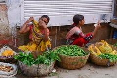 Mulheres que vendem vegetais no mercado local em Bodhgaya, Índia Fotos de Stock