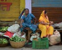 Mulheres que vendem vegetais no mercado local em Bodhgaya, Índia Fotografia de Stock