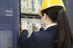 Mulheres que verificam na sala da telecomunicação imagens de stock