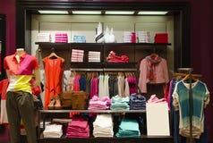 Mulheres que vestem a loja Imagem de Stock Royalty Free