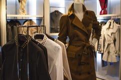 Mulheres que vestem a loja Imagem de Stock