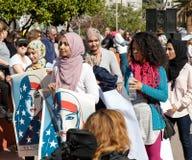 Mulheres que vestem o hijab, ` s março das mulheres, Los Angeles Fotografia de Stock