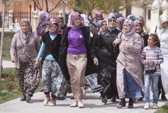 Mulheres que visitam o mausoléu de Rumi Fotos de Stock Royalty Free