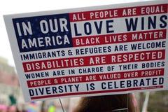Mulheres ` s março de 2017: Cartaz sobre o amor, a igualdade, e a inclusão da diversidade foto de stock