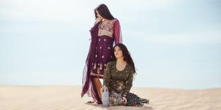 Mulheres sedentos que viajam no deserto Perdido no sandshtorm do durind do deserto fotografia de stock