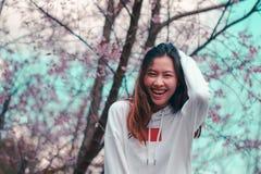 Mulheres sob a ?rvore cor-de-rosa no inverno imagem de stock royalty free