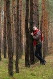 Mulheres sozinhas novas na floresta fotos de stock