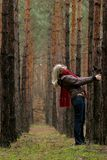 Mulheres sozinhas novas na floresta fotografia de stock royalty free