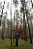 Mulheres sozinhas novas na floresta foto de stock royalty free