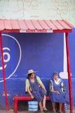 Mulheres superiores bolivianas que sentam-se em um banco, Tupiza Fotografia de Stock
