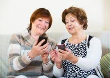 Mulheres superiores com telefones celulares Foto de Stock