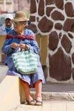 Mulheres superiores fora bolivianas que sentam-se em um banco, Tupiza Imagem de Stock