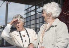 Mulheres superiores fora em um dia ensolarado fotografia de stock royalty free