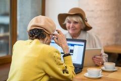 Mulheres superiores no café imagens de stock royalty free