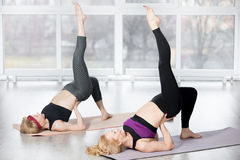 Mulheres superiores que fazem exercício um-equipado com pernas da ponte do ombro Imagem de Stock