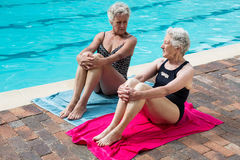 Mulheres superiores que interagem um com o otro ao relaxar Fotos de Stock Royalty Free