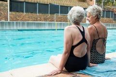 Mulheres superiores que interagem um com o otro ao relaxar Imagens de Stock
