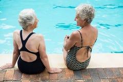 Mulheres superiores que interagem um com o otro ao relaxar Foto de Stock