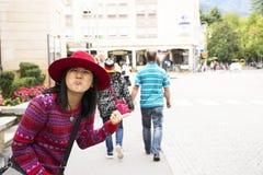 Mulheres tailandesas asiáticas dos viajantes que andam no passeio ao lado da estrada na cidade de Maran em Merano, Itália fotos de stock royalty free
