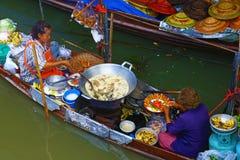 Mulheres tailandesas que cozinham em um barco fotografia de stock royalty free