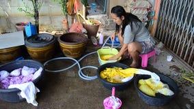 Mulheres tailandesas que lavam e roupa limpa após a tingidura do batik do laço filme