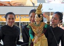 Mulheres tailandesas que mostram o fantoche tradicional Fotos de Stock